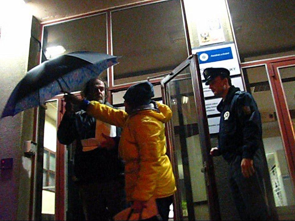 Pneumatikoví škůdci opouštějí po výslechu policejní stanici. Na kontě mají několik stovek poškozených pneumatik v centru města