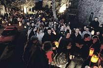 Zástupy lidí mířících na první letošní prohlídku hradu na Kunětické hoře jako kdyby nebraly konce. Podle odhadu organizátorů se prvního dubna vydala na 'Kuňku' asi tisícovka zájemců.