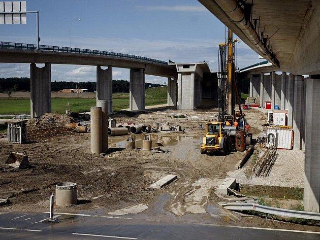 Křižovatka u Opatovic zůstane zatím nedokončená. Je totiž jednou ze staveb, které mají být podle ministerstva dopravy zastaveny. Ke křižovatce mělo přibýt ještě třetí patro, nyní se ale práce na jeho stavbě mají přerušit.