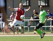 Přípravné fotbalové utkání mezi FK Pardubice (v červenobílém) a FK Viktoria Žižkov (v zeleném) na hřišti v Přelouči.