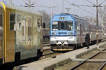 Vlaky ve stanici zastavili jen pár metrů od sebe.