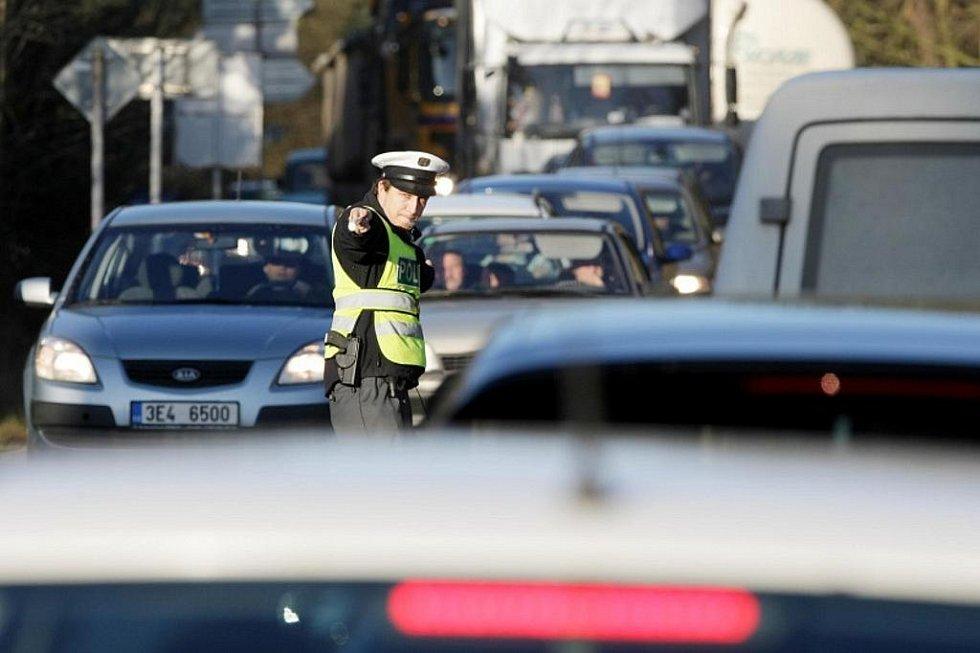 """""""Hradubická"""" státovka byla 25. listopadu v devět hodin ráno na tři dny uzavřena, aby na ni silničáři mohli napojit nový spletenec kruhových objezdů a čtyřproudých magistrál u Opatovic nad Labem. Přes obavy z ucpaných objížděk se dopravní kolaps nekonal."""