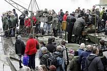 Tradiční výlov Bohdanečského rybníka přilákal k vodě opět stovky návštěvníků.