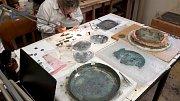 Bronzová nádoba stále prochází restaurátorskými procesy. Archeologové už vědí, že je stará přes tři tisíce let a patří k nejvzácnějším pokladům nalezeným v našem prostoru.