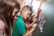 Žáčci ve třídě I. A na pardubické Základní škole Dubina obdrželi svá první školní vysvědčení.
