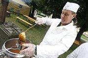 Ke správné mobilizaci patří i vojenská kuchyně a guláš podle vojenského receptu.