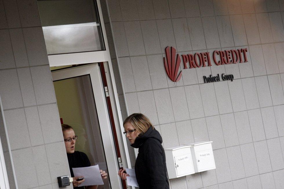Policie provedla ve středu v sídle pardubické společnosti Profi Credit domovní prohlídku kvůli daňovým podvodům