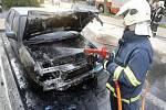 V Gorkého ulici v Pardubicích se vznítila zaparkovaná Škoda Felicia.