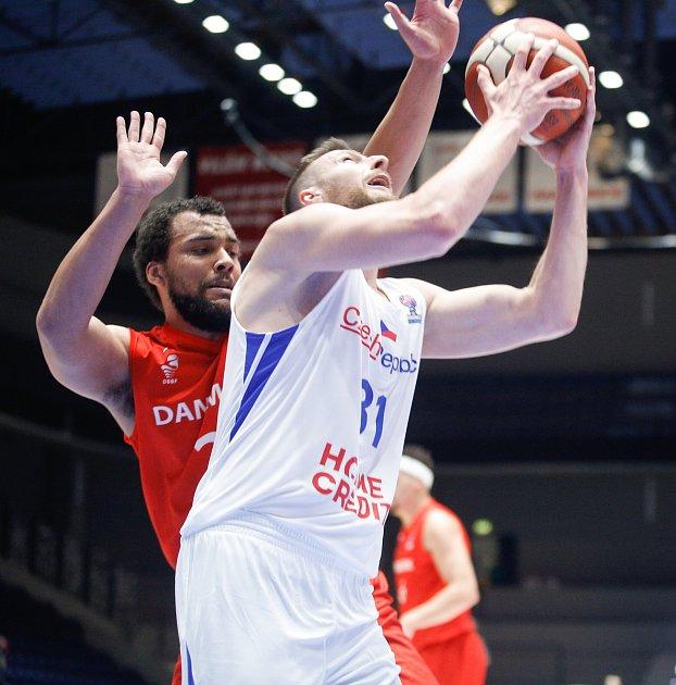 Kvalifikační utkání na Euro 2021vbasketbale mezi Českou republikou ( vbílém) a Dánskem (včerveném) vpardubické enteria areně.