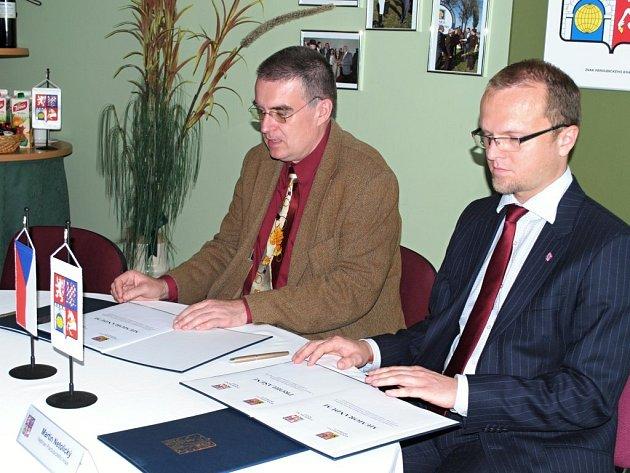 Hejtman kraje Martin Netolický podepisuje memorandum s ministrem dopravy Zdeňkem Žákem.