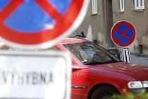 Udržet výhybny bez zaparkovaných aut je těžké. Nepřispívají k tomu ani pro řidiče špatně viditelné značky.