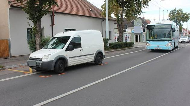 Po nehodě. Bílý ford se měl na přechodu střetnout s 72letou ženou.