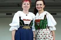 Hřebečské kroje z Moravskotřebovska a Lanškrounska (vlevo) a Svitavska (vpravo).