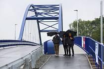 Nový silniční most přes Labe mezi Valy a Mělicemi, který nahradil původní mostní provizorium a má plavební profil umožňující budoucí plavbu lodí až do Pardubic