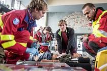 Resuscitace na nádraží - ve veřejném prostoru a za plného provozu. Jako ve skutečnosti.