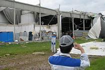 Tornádo zcela zdemolovalo tovární halu v průmyslové zóně. Uvnitř bylo v té chvíli kolem 120 zaměstnanců.