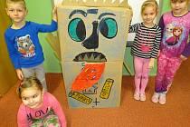 Děti z Mateřské školy Motýlek v Pardubicích s jejich baterkožroutem.