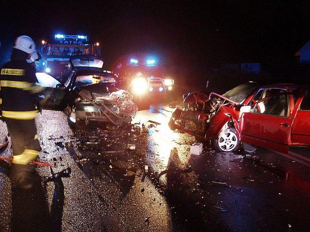 Čelní střet oba osobní vozy zcela zdemoloval