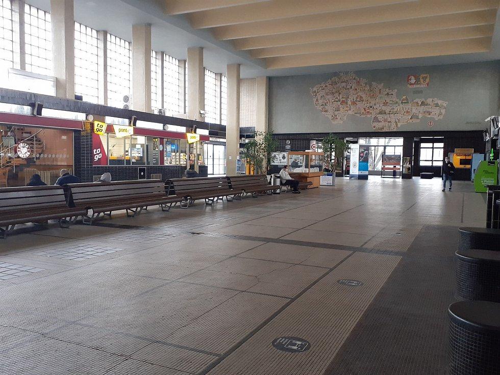 Pardubické hlavní nádraží a jeho okolí je v době covidu téměř prázdné