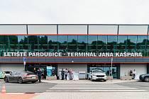 Pardubické letiště se snaží rozjet cargo dopravu a pomoci mu v tom mají regionální firmy. V terminálu Jana Kašpara se tak v úterý v podvečer sešly největší importéři a exportéři z Pardubického a Královéhradeckého kraje.