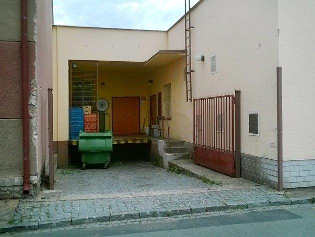 Místo činu. Nákladová rampa obchodu v Šípkově ulici. Právě odtud vedou krvavé stopy neopatrného zloděje až domů...
