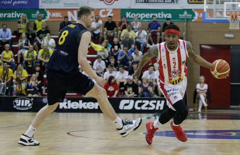 Basketbalové utkání play off Kooperativy NBL mezi BK JIP Pardubice (v bíločerném) a BK Opava (v modrém) v pardubické hale na Dašické.
