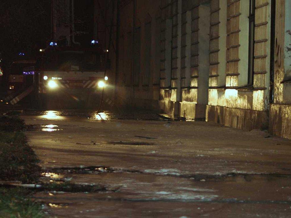 Továrnu mlýnských strojů na Palackého třídě zničil požár. Na snímku koberec hasicí pěny před budovou.
