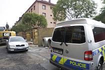Ve varně drog ve Štefánikově ulici v Pardubicích zasahovali u požáru nejprve sousedé, pak hasiči a v pondělí ráno už si místo převzali kriminalisté.