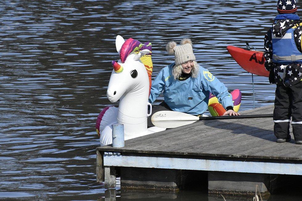 Hezké počasí si nenechali ujít ani pardubičtí vodáci, kteří se rozhodli vyrazit na Labe a Chrudimku trochu netradičně.
