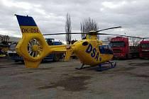 Pro muže zavaleného těžkým panelem přiletěl vrtulník.
