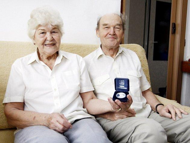 Anna Pospíchalová (na snímku s manželem) získala za svůj čin již medaili od slovenského prezidenta Schustera. Foto: Deník/Luboš Jeníček