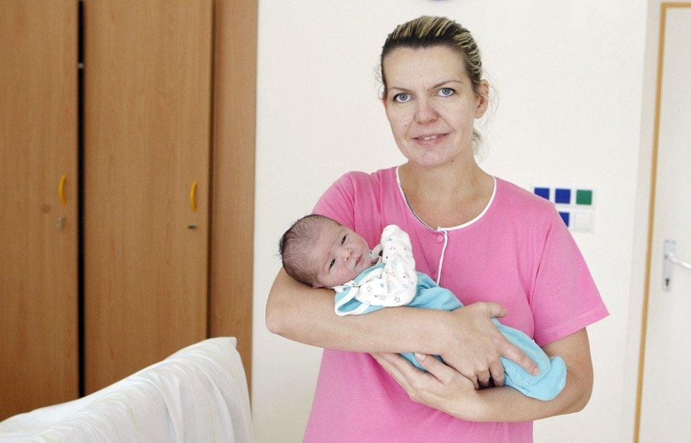 David Hladík se narodil 14. září v 10:30 hodin. Vážil 3290 gramů a měřil 50 centimetrů. Maminku Lenku u porodu podpořil tatínek Martin. Na svou sestřičku doma v Holicích čeká ještě tříletá Deniska.