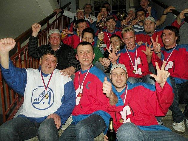 Snímek vítězného celku  na schodišti sokolovny je již tradicí. Po oficiálním vyhlášení je to poslední  společné semknutí týmu, protože pak  se  již oslavuje a to každý po svém.