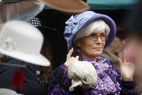 Dostihy a móda. Ke koním prostě patří klobouky.