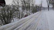 Silnice u Bystrého u Poličky. Kampak se asi schovalo to auto?