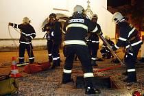 Skutečný zásah nebo pouhé cvičení? Na první pohled by nikdo nepoznal, že muži v nosítkách se ve skutečnosti nic nestalo. Pardubičtí hasiči si vyzkoušeli jen další z mnoha simulovaných situací. Chovali se však jako by šlo skutečně o život.
