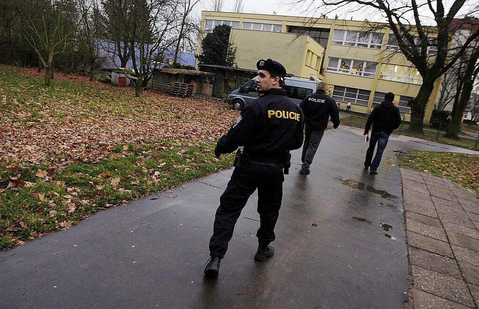 Policie propátravala okolí ZŠ Polabiny 1 i pardubické univerzity