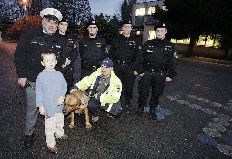 Jeden z pohřešovaných chlapců se se svými nálezci nechal i vyfotografovat