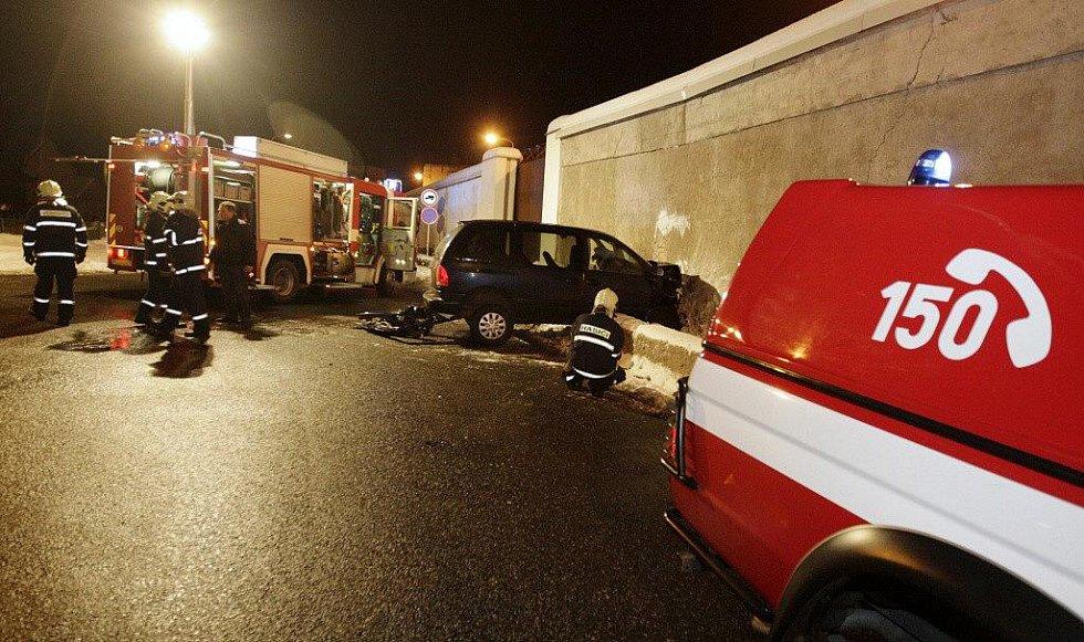 29. ledna 2010. Řidič pravděpodobně narazil do zdi vězení schválně. Jel přímo a nebrzdil...