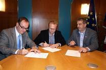 Memorandum o koalici podepsali náměstek hejtmana Roman Línek, krajský radní Martin Netolický a Zdeněk Štengl za Zemanovce.