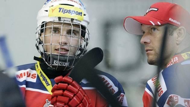 V minulé sezoně se Michael Špaček (vlevo) potkal s Dušanem Salfickým na ledě. Teď mu současný sportovní manažer pomohl zvednout hlavu, když měl před operací srdce černé myšlenky.