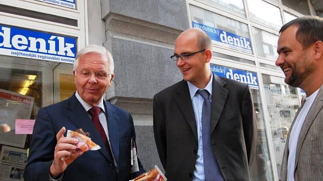 Vlastníci Deníku Axel Diekmann a Alexander Diekmann, šéfredaktor Deníků Roman Gallo (zleva doprava) před redakcí Pardubického deníku