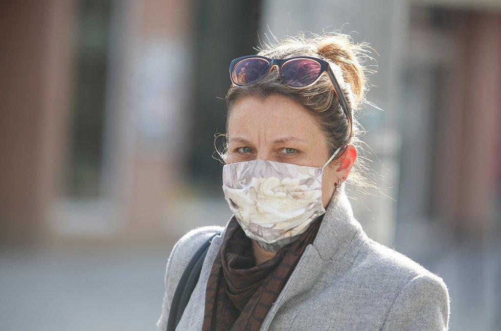 V pardubických ulicích lidé chrání sebe i ostatní rouškou kvůli šíření koronaviru a nařízení karantény vládou.