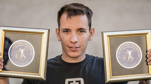 Mistr ve footbagu. Patrik Černý s medailemi  z mistrovství světa v Trnavě, kde skončil třetí. Nyní mistrovství světa vyhrál.