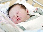 JAKUB KYSELA se narodil 10. července v 18 hodin a 23 minut. Měřil 51 centimetrů a vážil 4540 gramů. Maminku Lucii podpořil u porodu tatínek Jiří. Bydlí v Dřenicích a doma na ně čeká čtyřletá Karolína.