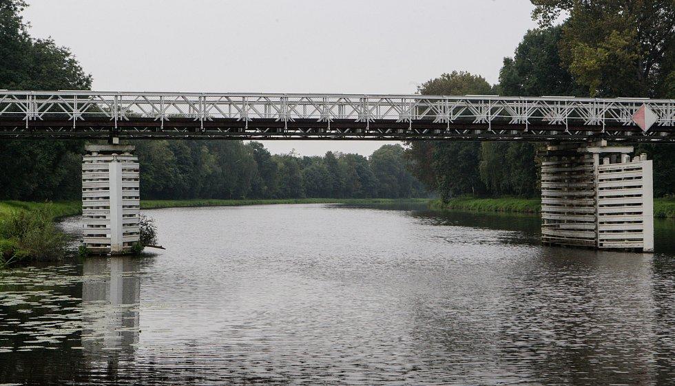 Starý most přes řeku Labe ve Valech u Přelouče.