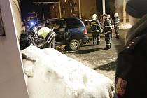 Řidič pravděpodobně narazil do zdi vězení schválně. Jel přímo a nebrzdil...