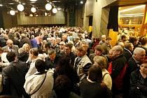 Nechceme tady žádnou spalovnu! Takto to vypadalo na veřejném projednávání o její výstavbě v Pardubickém ABC Klubu.
