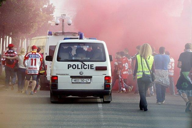 Výjezd pardubických fanoušků dorazil do Hradce Králové a spustil kouř...