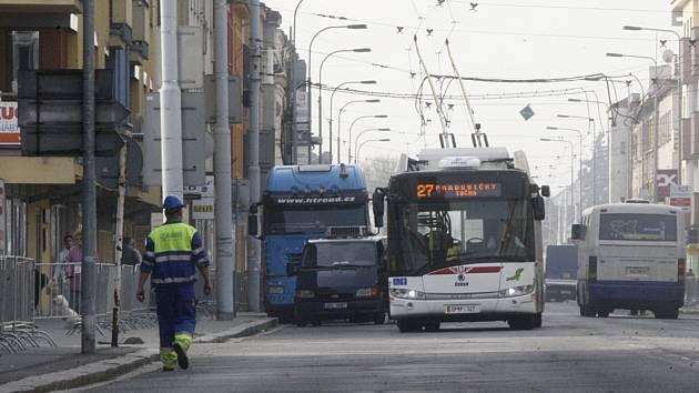 Na staveniště v ulici Jana Palacha už mohou pouze chodci a vozy veřejné dopravy